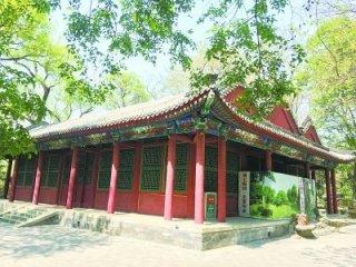 北京动物园里的堂塔楼碑