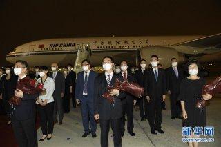 王毅赴机场迎接驻休斯