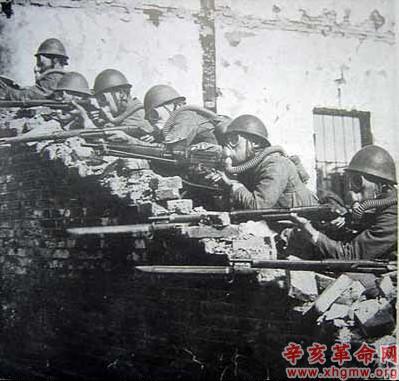 淞沪会战/图3:日海军陆战队施放毒气攻击中国军队